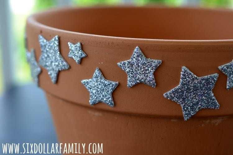 DIY American Flag Terra Cotta Flower Planter - Ready to dress up that old terra cotta flower pot? This Stars & Stripes Flower Planter craft is perfect! Simple to do, budget friendly and a GREAT way to celebrate the 4th of July! It's one of my favorite 4th of July craft ideas!