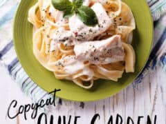Chicken Alfredo recipe from Olive Garden - Looking for an authentic Alfredo sauce to make a creamy chicken alfredo to satisfy even the biggest hunger? This copycat Olive Garden Chicken Fettuccine Alfredo is PERFECT! It's the best chicken alfredo recipe you'll ever eat!